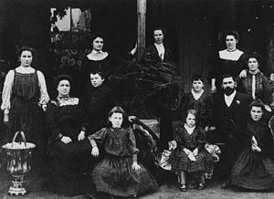 Large Family portrait 1900-1910 (pub domain)
